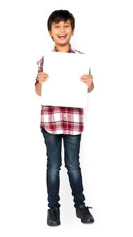 Little boy, das leeres papier-brett-studio-porträt hält
