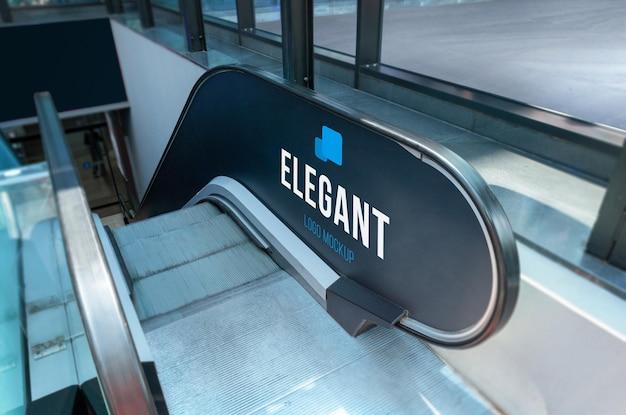 Logo-branding-mockup an der rolltreppenwand