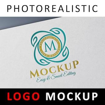 Logo mock up - buchdruck farbigen logo auf weißem papier