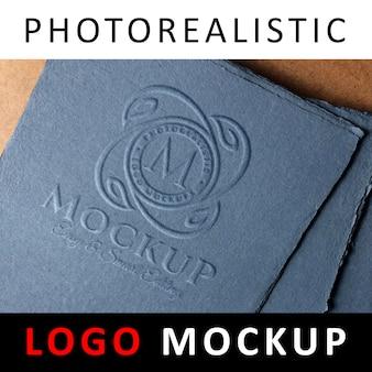 Logo mock up - geprägtes logo auf blauem altpapier