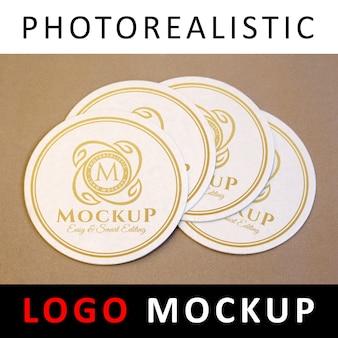 Logo mock up - goldenes logo auf kreisförmigen untersetzern