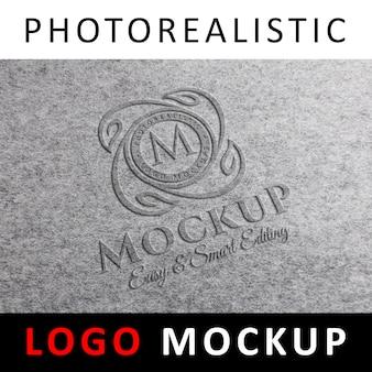 Logo mockup - geprägtes logo auf grauer strukturierter oberfläche