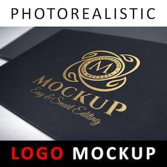 Logo mockup - goldfolie, die logo auf schwarzer karte stempelt