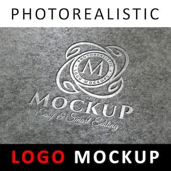 Logo mockup - graviertes silbernes logo auf grau strukturierter oberfläche