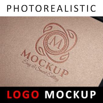 Logo mockup - prägeartiges logo auf braunem papier