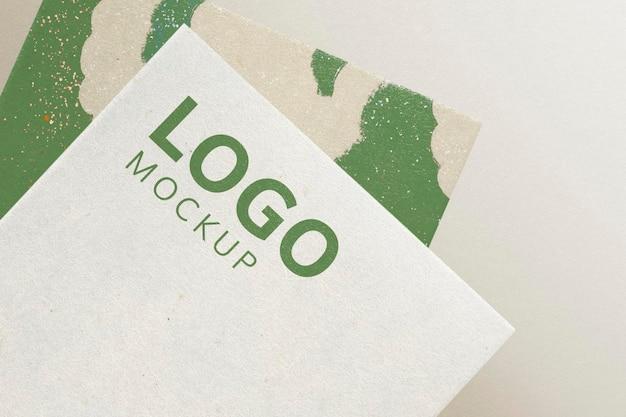 Logo-mockup-psd auf corporate identity branding-visitenkarte