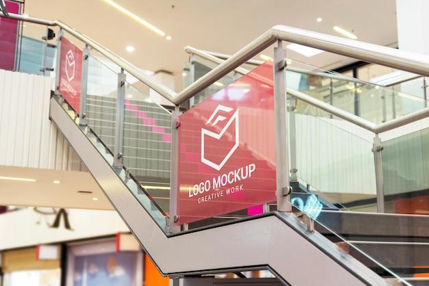 Logo-modell auf der treppe des einkaufszentrums für werbeflächen