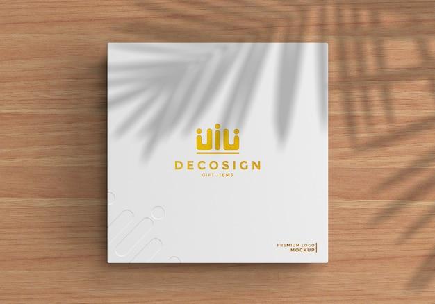 Logo-modell auf einer weißen box über einem holztisch
