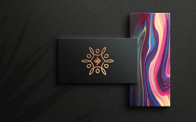 Logo-modell auf luxus-visitenkarte von oben