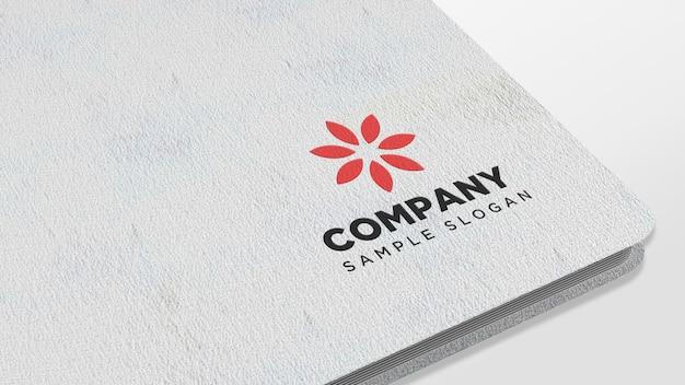 Logo-modell auf notizbuch aus papier