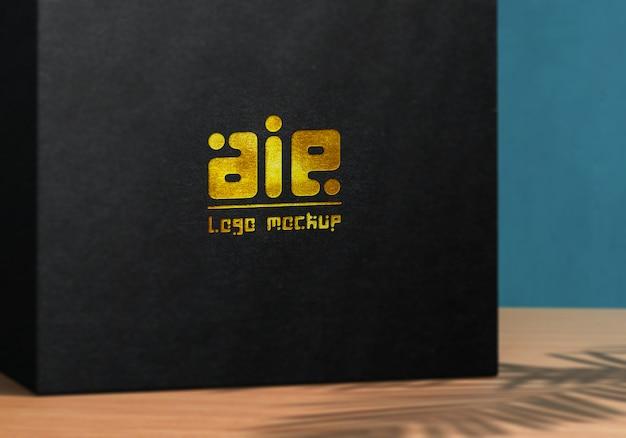 Logo-modell auf schwarzer produktbox