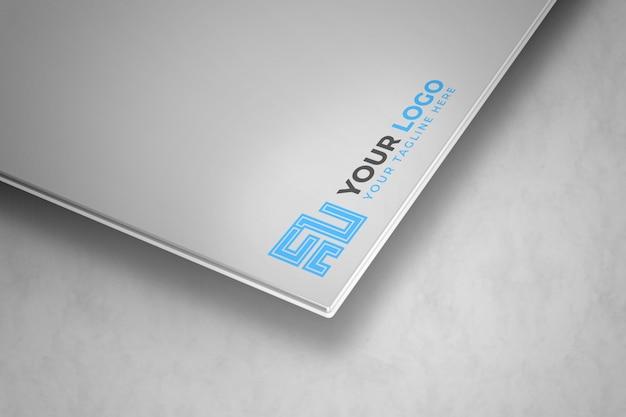 Logo-modell auf silberner 3d karte