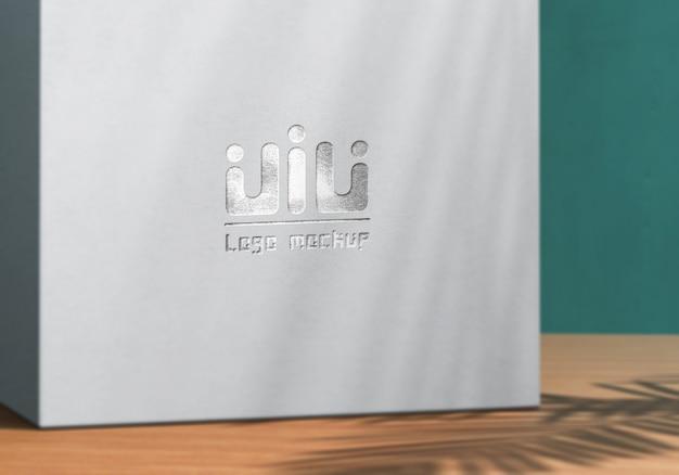 Logo-modell auf weißer produktbox