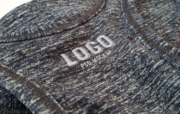 Logo-modell gedruckt auf grauer sportstoff-textur