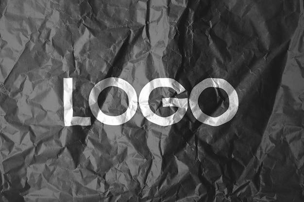 Logo-vorlage auf zerknittertem papier