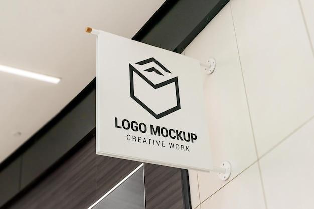 Logomodell an der eingangstür des ladens