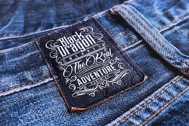 Logomodell auf blauem jeanslabel