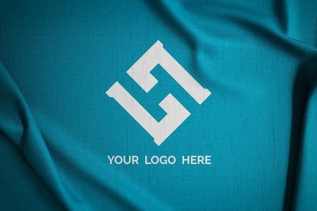 Logomodell auf grünem stoff