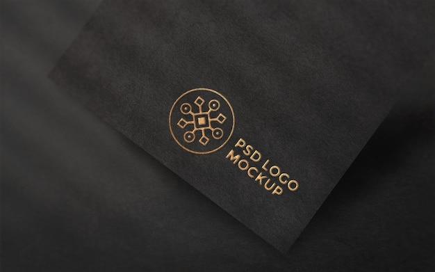 Logomodell auf rauem schwarzem papier