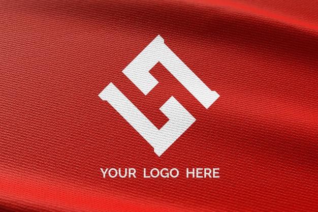 Logomodell auf rotem stoff
