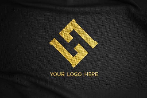 Logomodell auf schwarzem stoff