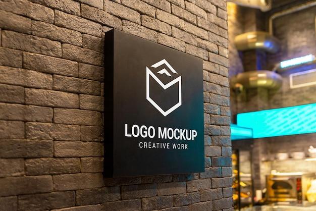 Logomodell auf schwarzer beschilderungstafel