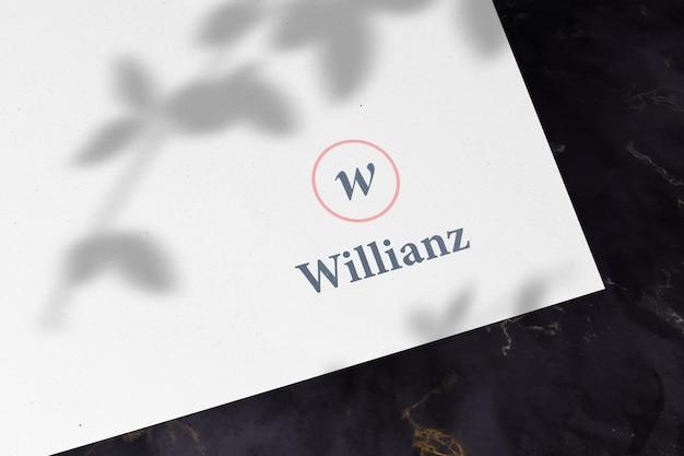 Logomodell auf weißem papier mit schattenüberlagerung