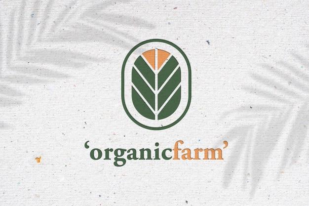 Logomodell auf weißem recyclingpapier mit schatten. rette die welt und ein fürsorgliches konzept