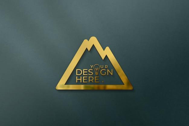 Logomodell mit reflexion an der wand