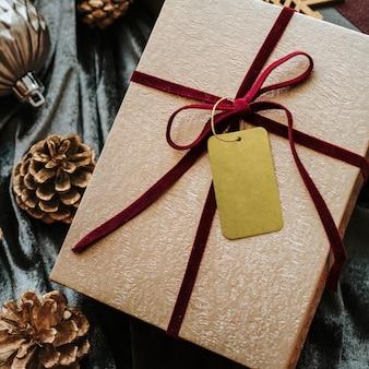 Luftaufnahme der geschenkbox mit einem tag-mockup