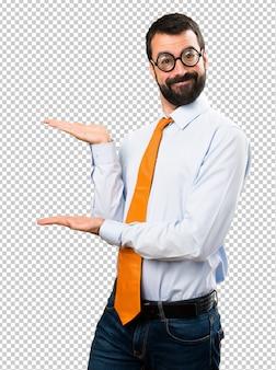 Lustiger mann mit brille etwas präsentieren