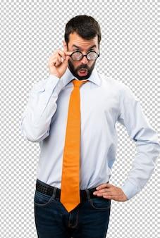 Lustiger mann mit brille etwas zeigen