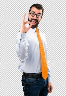Lustiger mann mit den gläsern, die okayzeichen machen