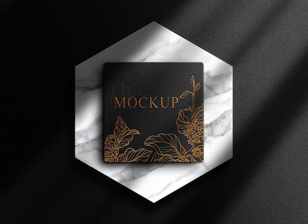 Luxuriöse, goldgeprägte schwarze box mit marmer podium mockup