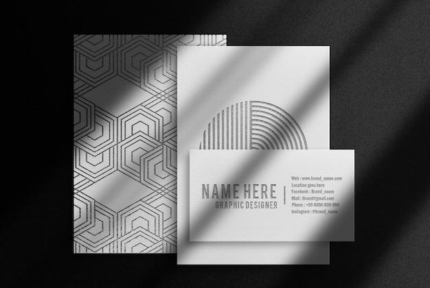 Luxuriöse schwarze geprägte papiere und visitenkarten-modell zur ansicht