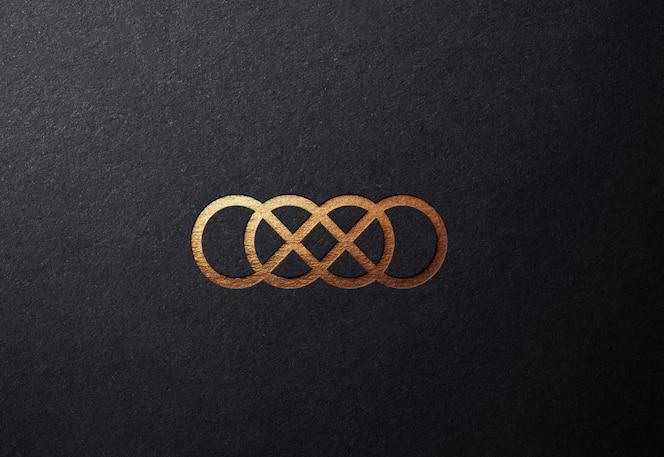 Luxuriöses goldenes logo-modell auf glatter geprägter oberfläche