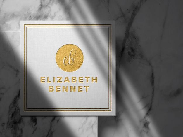 Luxuriöses goldenes logo-modell auf leinenpapier