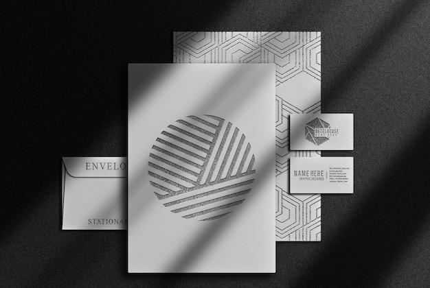 Luxuriöses schwarzes geprägtes papier- und visitenkartenmodell