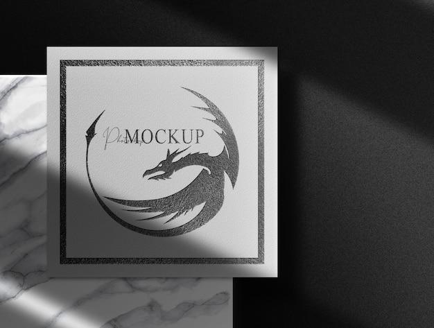 Luxuriöses schwarzes geprägtes papier von oben mit marmer podium mockup