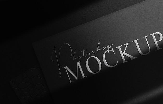 Luxuriöses silbergeprägtes logo-modell, schwarze kartenstapelperspektive