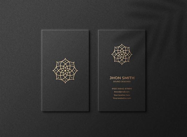 Luxuriöses und modernes logomodell auf schwarzer vertikaler visitenkarte