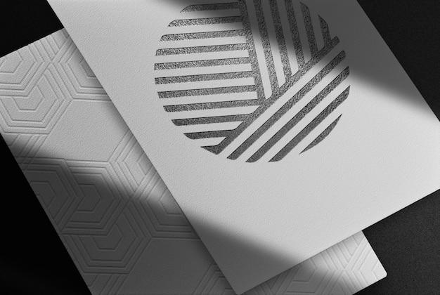 Luxuriöses weißes papier mit schwarz geprägtem mockup