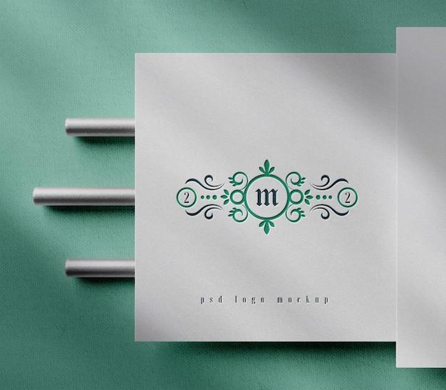 Luxus-buchdruck-logo-modell auf weißem papier