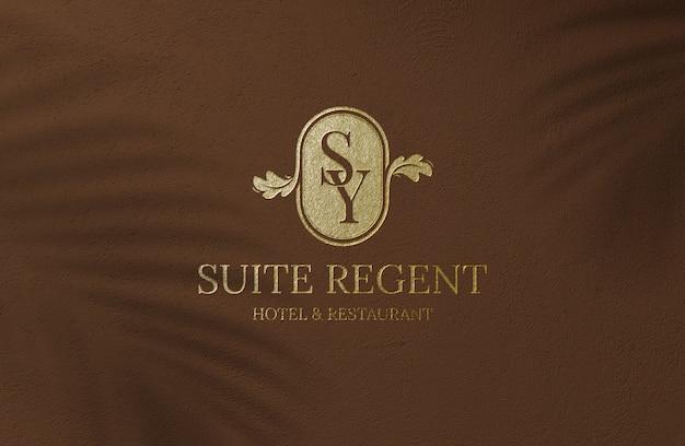 Luxus goldenes logo modell auf brauner oberfläche wand