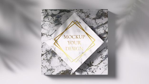 Luxus-goldlogo-modell auf schwarzem und weißem marmor