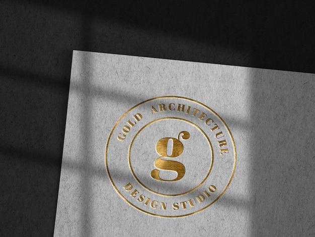 Luxus-logo mit geprägten logos auf kraftpapier