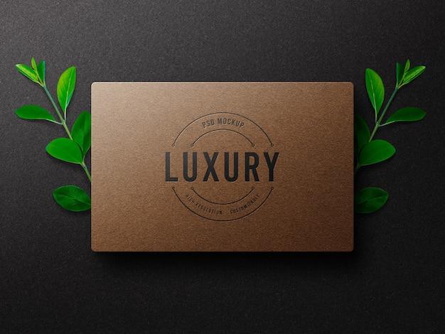 Luxus-logo-modell auf bastelpapier mit buchdruckeffekt Premium PSD