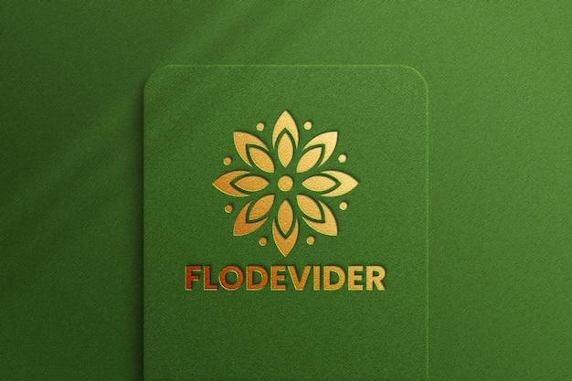 Luxus-logo-modell auf grünem hintergrund
