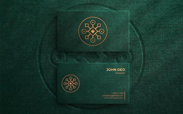 Luxus-logo-modell auf grüner visitenkarte