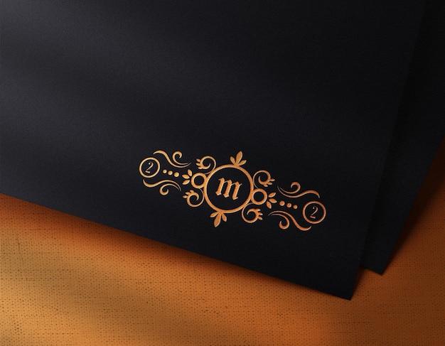 Luxus-logo-modell auf papier mit letterpress-effekt